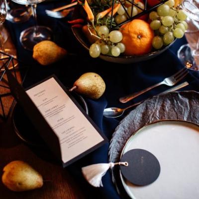 Wesele w stylu włoskim owoce i warzywa na stołach