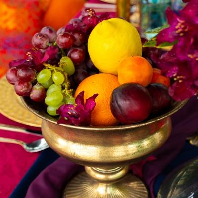 Bollywood table stol fuksja slub wesele plaza woda plener przyroda natura owoce kwiaty zielen niebieski (1)