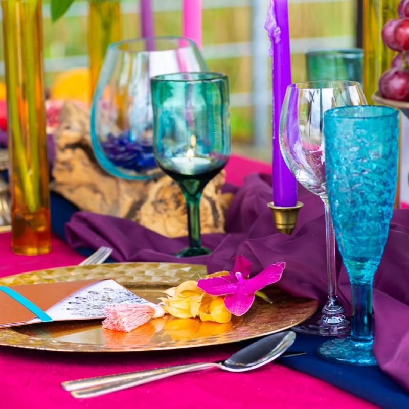 Bollywood table stol fuksja slub wesele plaza woda plener przyroda natura owoce kwiaty zielen niebieski (5)