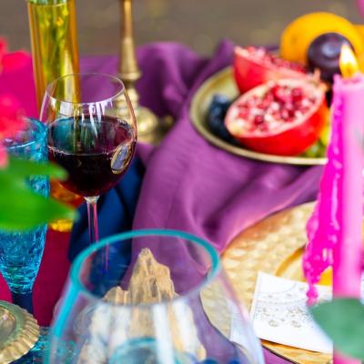 Bollywood table stol fuksja slub wesele plaza woda plener przyroda natura owoce kwiaty zielen niebieski (9)