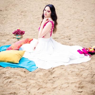 Księżniczka wschodu Bollywood Model fuksja slub wesele plaza woda plener przyroda natura owoce kwiaty zielen (1)
