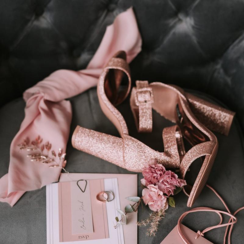 www Classy and elegant decor Dekoracje w dobrym guscie buty szpilki bukiet strefa relaksu szarosc brudny roz (51)