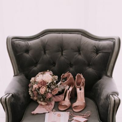 www Classy and elegant decor Dekoracje w dobrym guscie buty szpilki bukiet strefa relaksu szarosc brudny roz (52)