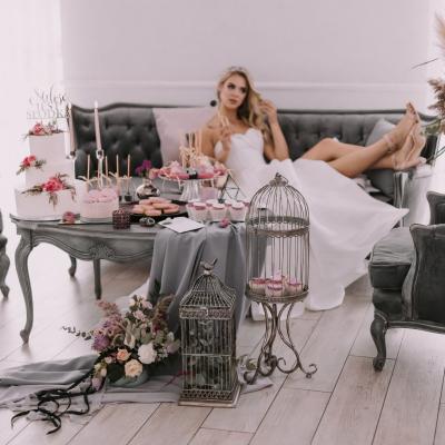 www Classy and elegant decor Dekoracje w dobrym guscie buty szpilki bukiet strefa relaksu szarosc brudny roz (53)