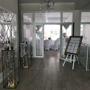 Betty-bright-tablica-usadzenia-gosci-lustro-powitanie-sztaluga-lampiony-lampki-led-wejscie-wypozyczalnia-dekoracji-szczecin-wesele