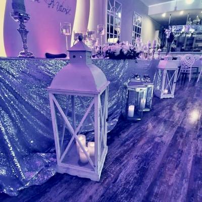 Classy_and_elegant_decor_dekoracje_slub_wesele_szczecin_zachodniopomorskie_glamour_srebrne_dodatki_slubne_lawenda_sala_weselna_lampion_bialy_latarnia_wypozyczalnia