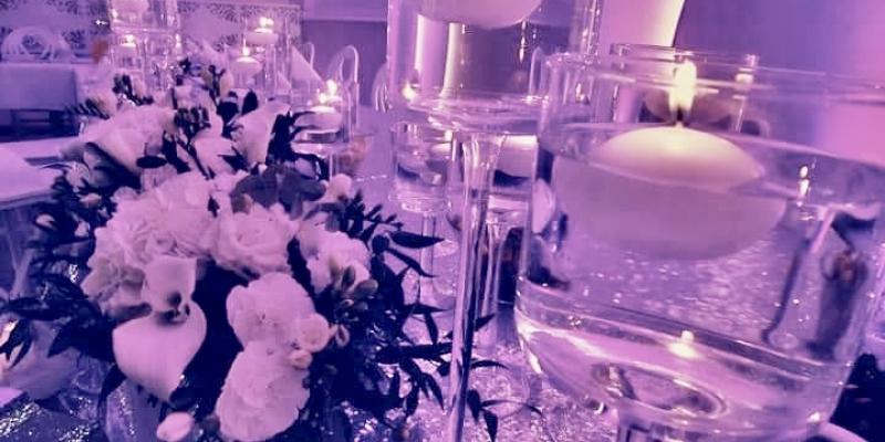 Classy_and_elegant_decor_dekoracje_slub_wesele_szczecin_zachodniopomorskie_glamour_srebrne_dodatki_slubne_lawenda_sala_weselna_swiecznik_plywajaca_swieczka